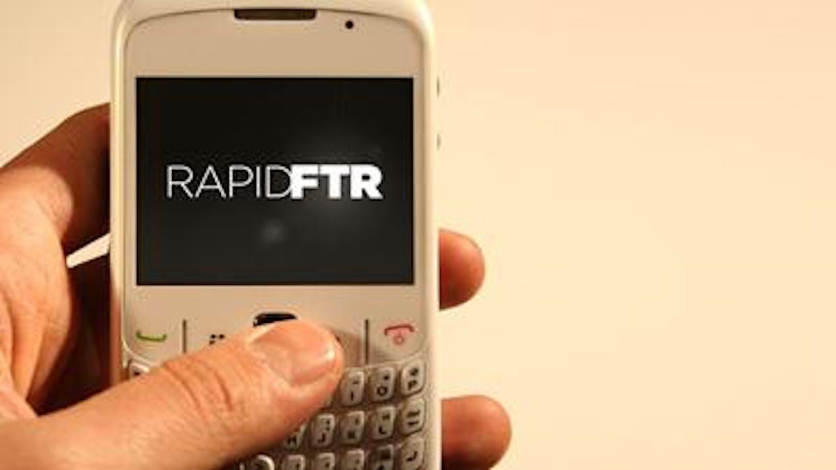 Un cellulare mostra sul display la app RapidFTR