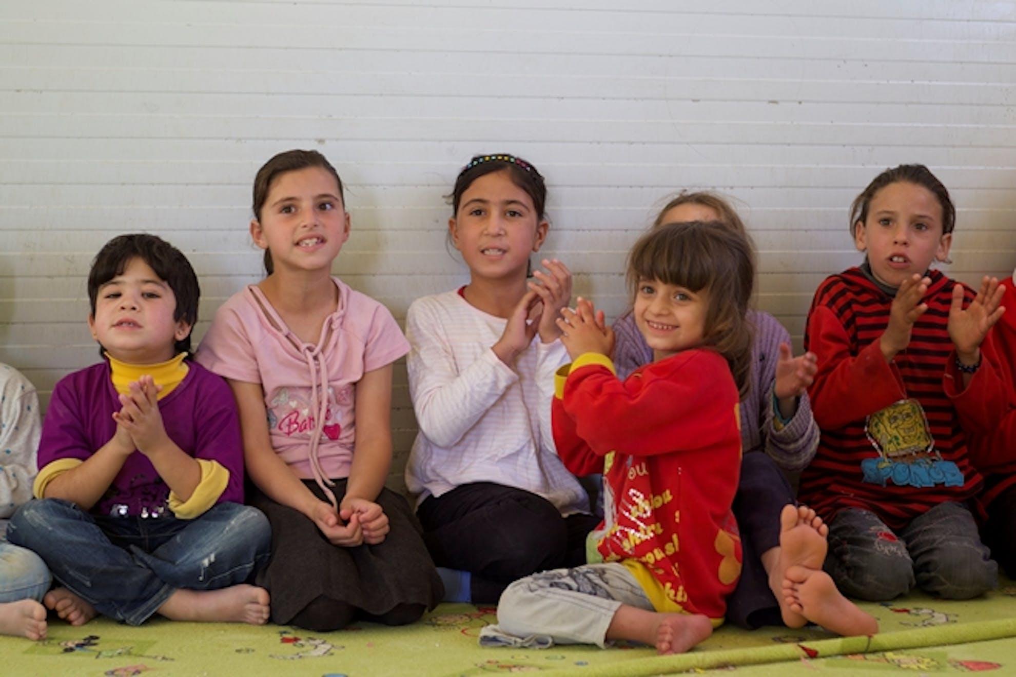 Safa, la bambina protagonista di questa storia, insieme ad alcune amichette in uno degli ambienti protetti installati dall'UNICEF nel campo profughi di Za'atari - ©UNICEF Giordania/2013/Shehzad Noorani