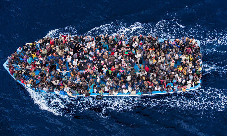 Uno dei barconi carichi di migranti soccorsi dall'operazione
