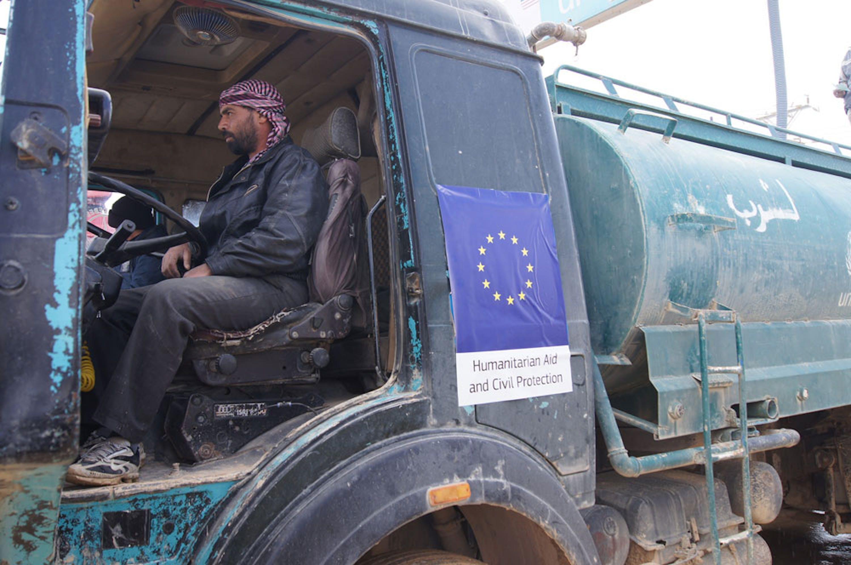 Turki, uno dei 200 autisti di autocisterne che ogni giorno garantiscono l'acqua agli 85.000 abitanti del campo profughi di Za'atari (Giordania) - ©UNICEF/2015