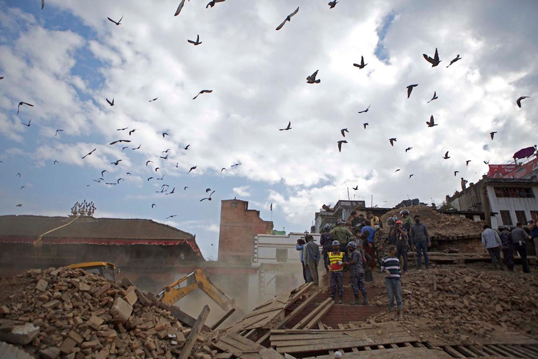 Stormi di uccelli sopra piazza Durbar, patrimonio dell'UNESCO nel centro storico di Kathmandu, capitale del Nepal - ©UNICEF/NYHQ2015-1067/Chen