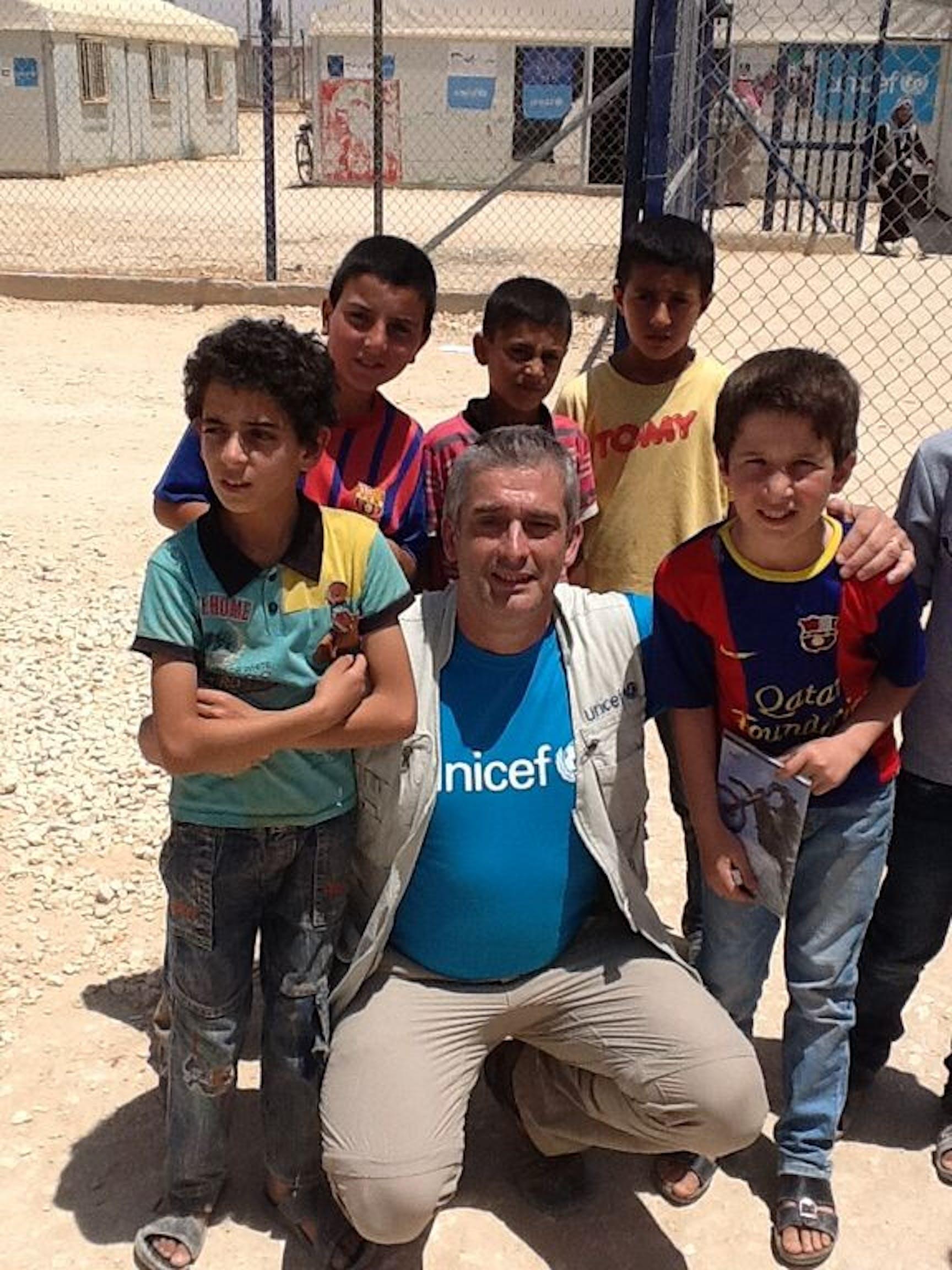 Il direttore dell'UNICEF Italia Paolo Rozera, autore di questo diario di viaggio, con alcuni bambini del campo profughi di Za'atari - ©UNICEF Italia/2015