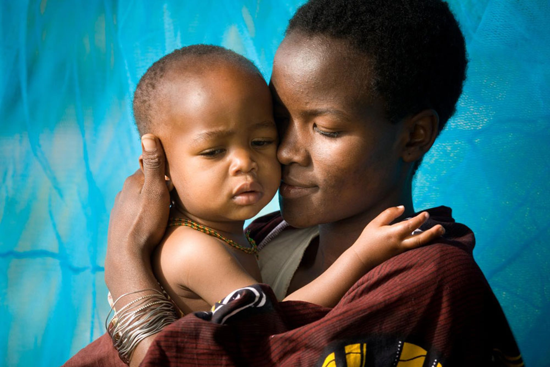 Tanzania, madre e bambino protetti da una zanzariera impregnata di insetticida - ©UNICEF/PFPG2014-1189/M.Hallahan