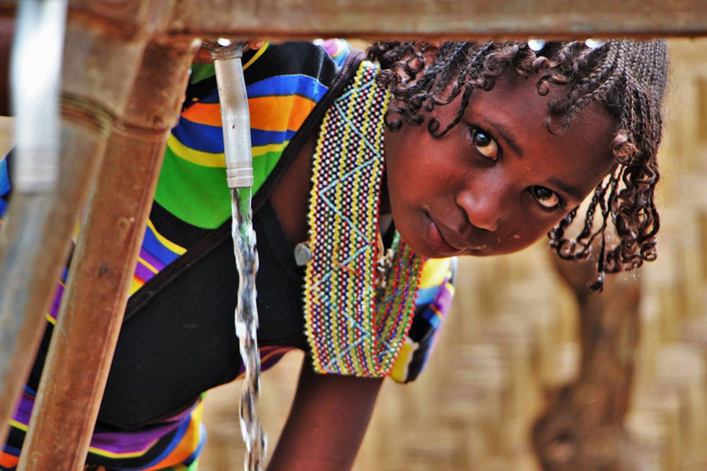 Una bambina al punto di rifornimento idrico installato dall'UNICEF nel campo profughi di Gado (Camerun), che accoglie circa 23.000 rifugiati dalla vicina Repubblica Centrafricana - ©UNICEF/CAMA2015-00003/Froutan