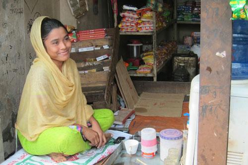 Nishi, 17 anni, vende tè preparati all'istante, sigarette, patatine e altri generi al mercato di Mirpur, a Dacca. Con il finanziamento dell'UNICEF è riuscita ad ampliare la sua piccola attività, che prima si limitava alla sola vendita di tè. - ©UNICEF Italia /2015/Patrizia Paternò