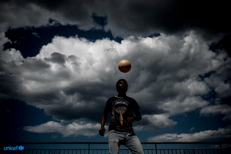 Abubacar, un sedicenne della repubblica islamica del Gambia che sogna di diventare un calciatore © UNICEF/UN020003/Gilbertson VII Photo