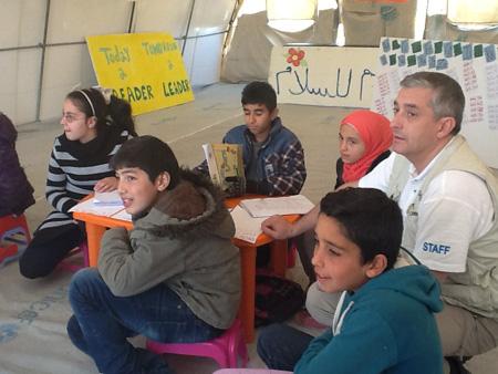 Paolo Rozera, direttore generale dell'UNICEF Italia e autore di questa testimonianza, durante un momento della visita agli insediamenti informali che ospitano profughi siriani in Libano - ©UNICEF Italia/2015/Paolo Rozera