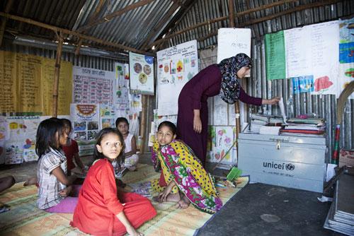 """Una 'School in a box"""" (Scuola in scatola) dell'UNICEF in una classe non formale nello slum di Korail a Dacca.- ©Neige De Benedetti per UNICEF Italia /2015"""