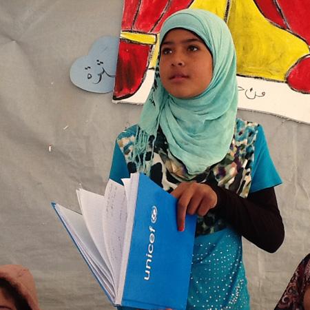 Una delle numerose attività dell'UNICEF per i bambini siriani rifugiati in Libano è la fornitura di materiali didattici per consentire la prosecuzione degli studi elementari anche in condizioni estreme come quella dei campi profughi - ©UNICEF Italia/2015/Paolo Rozera