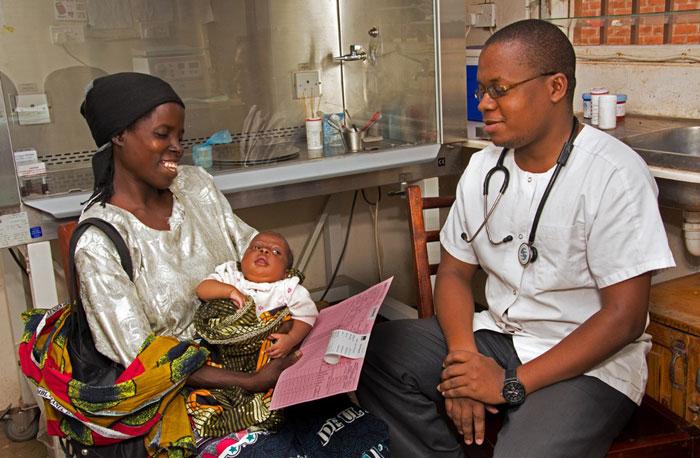 Magaret è felice dopo avere ricevuto dal tecnico di laboratorio Akuzike Mkalie l'esito del test: il piccolo Tiyamika non ha il virus! - ©UNICEF/UN025015/Chikondi