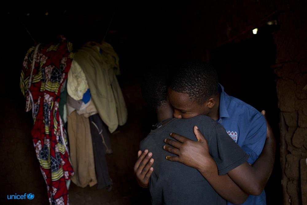 Jean Pierre abbraccia felicemente sua madre i© UNICEF/UN010830/Prinsloo