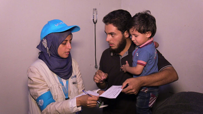 La dottoressa Rajia Sharhan, nutrizionista dell'UNICEF, effettua una delle sue numerose visite a Madaya, il 25 settembre 2016 - ©UNICEF/UN033478/AlSaleh/WFP