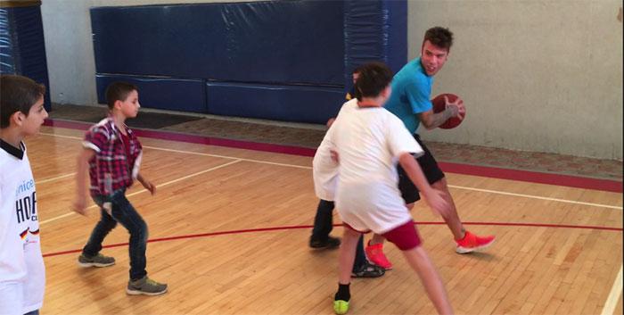 Un momento della partita di basket improvvisata durante la visita di Fedez allo Hoops Club di Beirut (Libano)