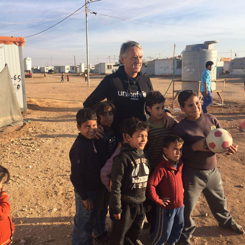 Roberto Mancini con i bambini del campo profughi di Za'atari (Giordania) - ©UNICEF Italia/2016/A.Rinonapoli