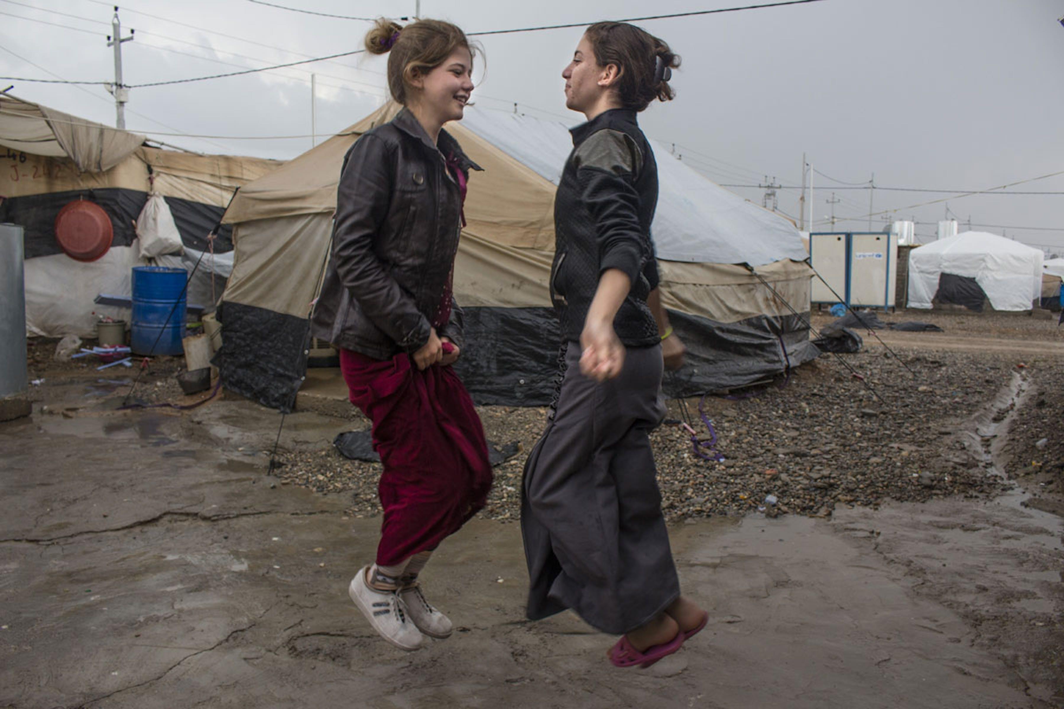 Ragazze yazide danzano nel campo di Khanke (Iraq) - ©Bushra Qasim