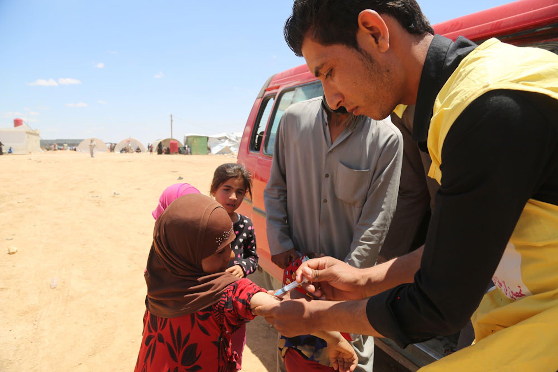 Un team mobile di vaccinatori all'opera nel campo per sfollati di Mabrouka (nord-est della Siria) dove trovano rifugio famiglie fuggite dai combattimenti di Deir-Ez-Zor e Raqqa - ©UNICEF Siria/2017/Delil Souleiman