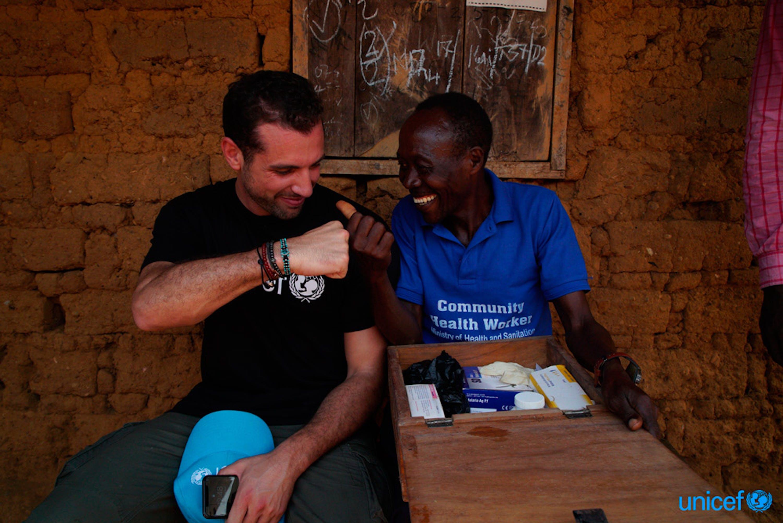 Isaia, social worker e referente UNICEF dell'area, mostra a Tommaso Chiabra il suo kit di primo soccorso - ©UNICEF Italia/2018/Blasi
