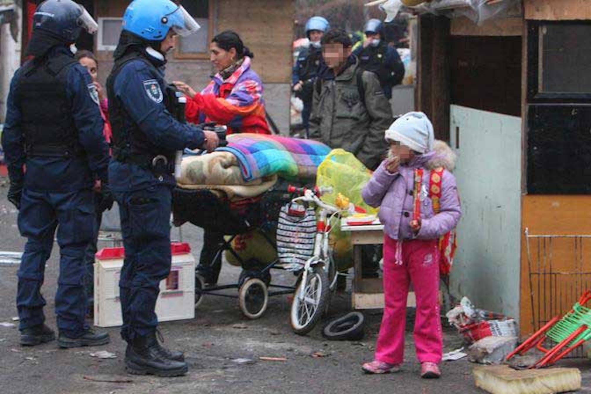 Lo sgombero di un campo nomadi a Roma. Il trattamento dei minorenni Rom è una delle aree di criticità segnalate all'Italia dal Comitato ONU sui Diritti dell'Infanzia