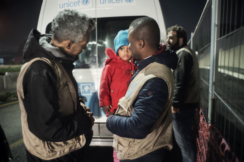 Il team mobile INTERSOS/UNICEF durante una missione notturna a Roma - ©UNICEF/UN0264419/De Luigi VII Photo
