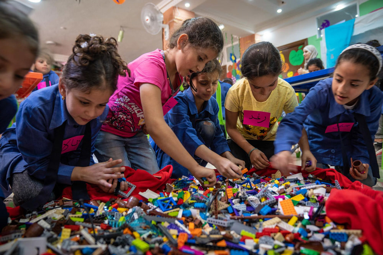 Bambini giocano con le costruzioni donate dalla LEGO Foundation in un centro per l'infanzia in Giordania che ospita molti bambini rifugiati siriani - ©UNICEF/UN0250033/Herwig