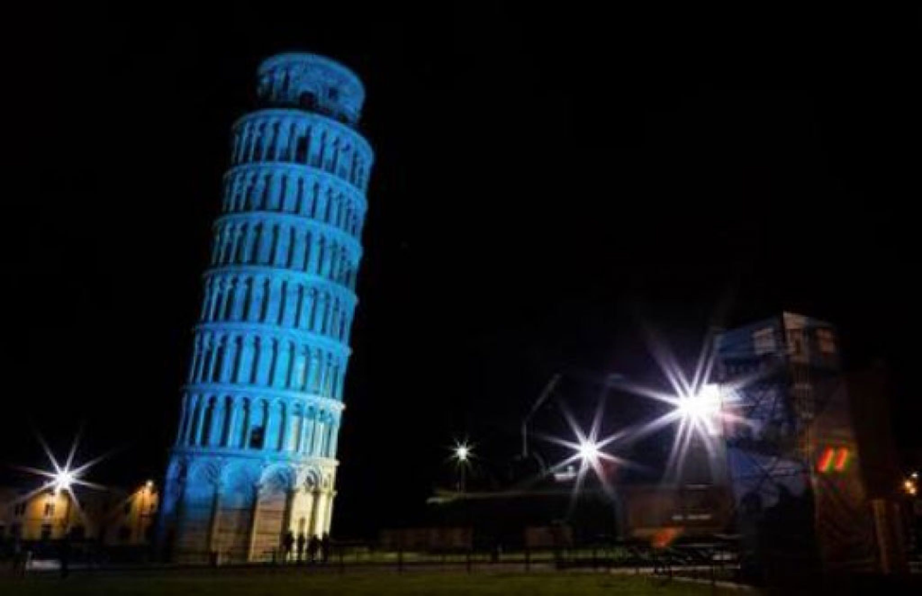 La Torre pendente di Pisa illuminata per il