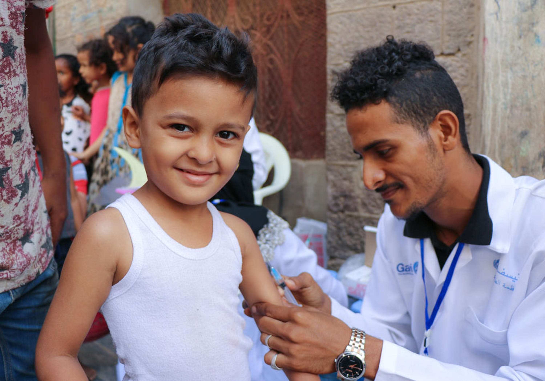 Mohammed Abdullah, 4 anni, riceve una dose di vaccino contro morbillo e rosolia nel corso di una campagna di vaccinazione finanziata dall'UNICEF ad Aden (Yemen) - © UNICEF/UN0284420/Fadhe