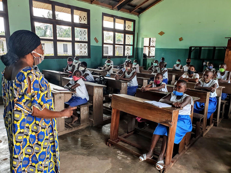 Alunni di una scuola di Mbandaka (Repubblica Democratica del Congo). Anche qui la scuola ha riaperto ad agosto con banchi monoposto, mascherine e distanziamento sociale - © UNICEF/UNI358241/Wenga