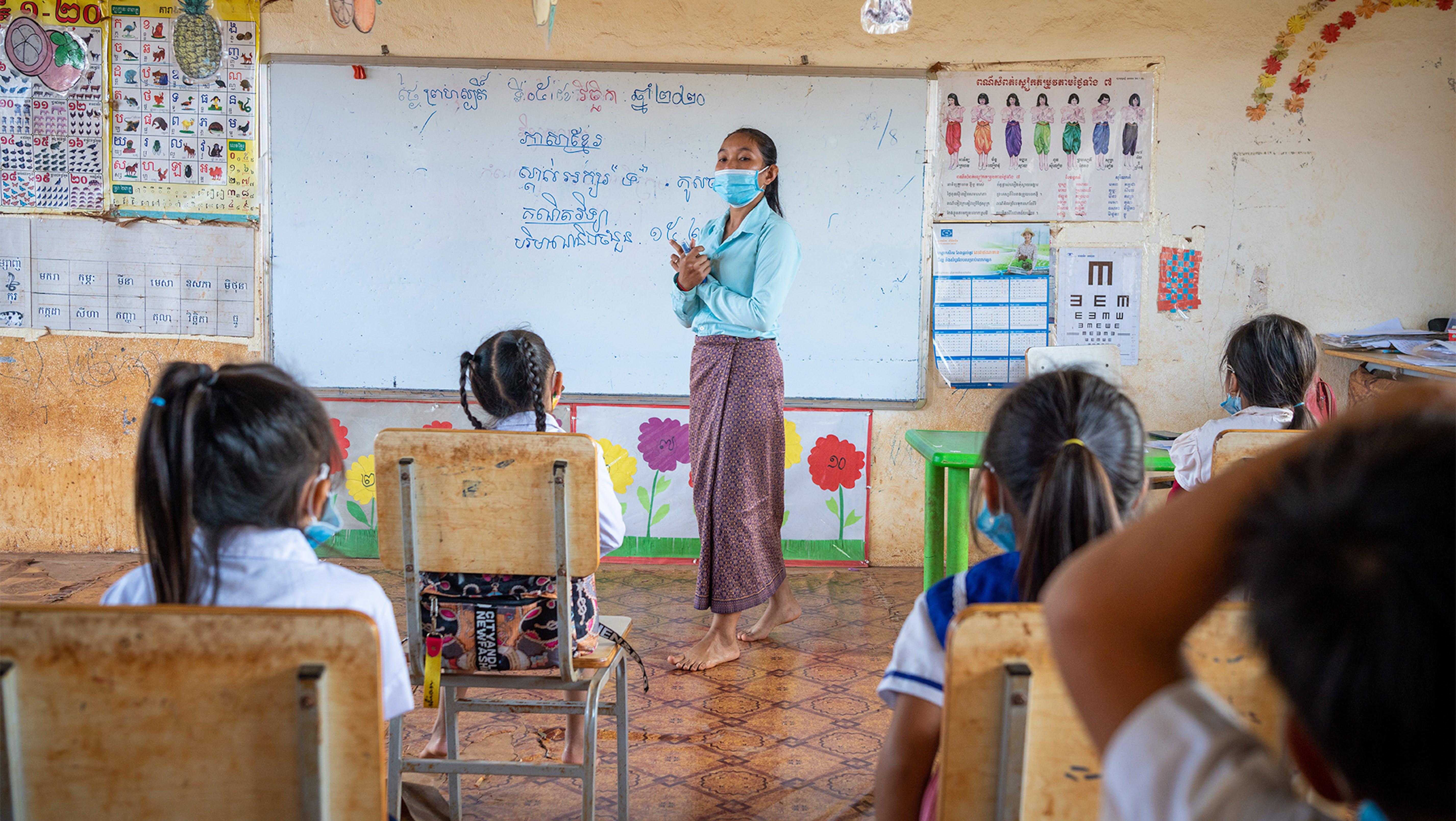 Cambogia, un insegnante in classe durante la lezione