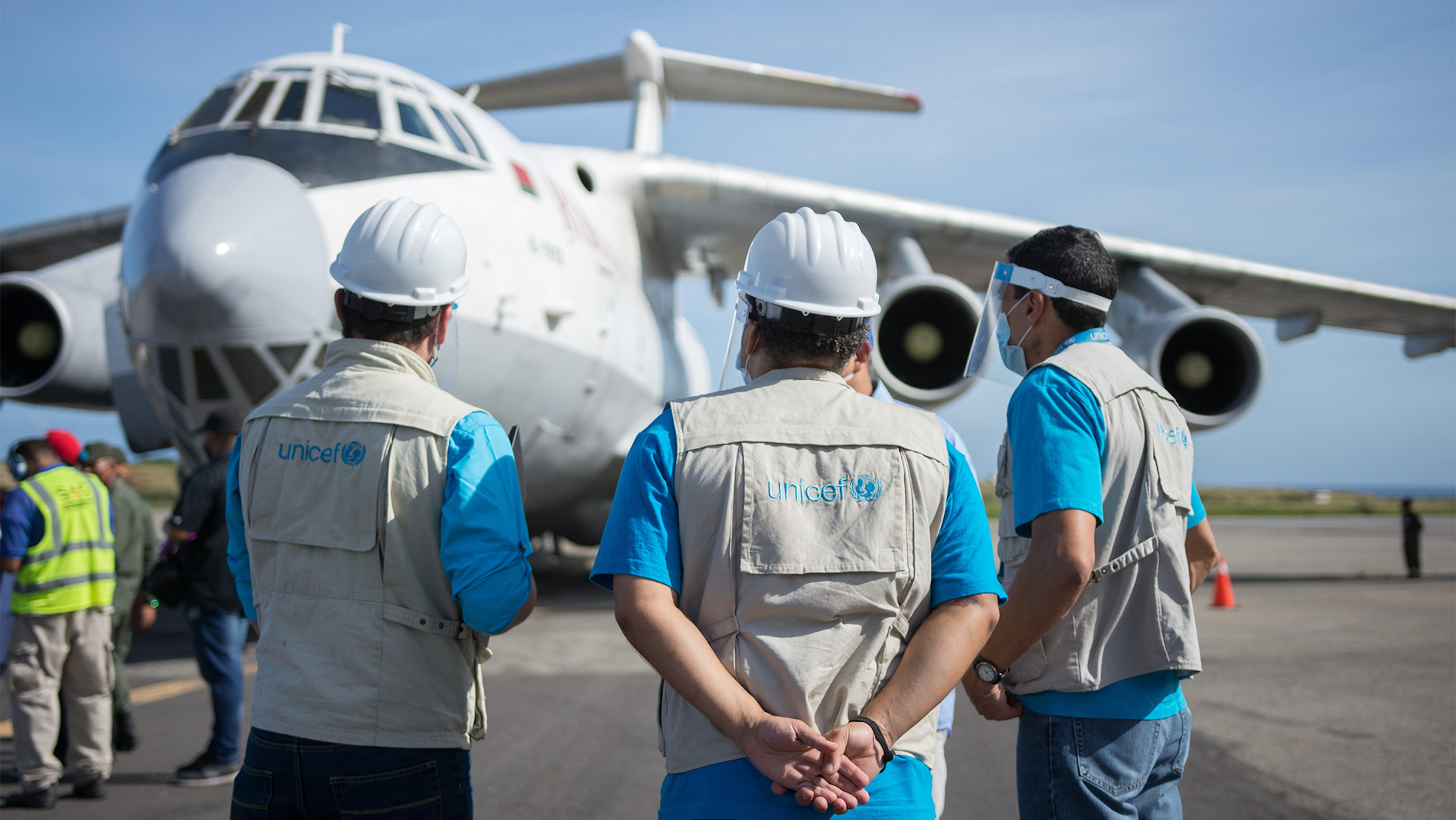staff UNICEF durante l'arrivo di un aereo con 32 tonnellate di vaccini anti covid-19