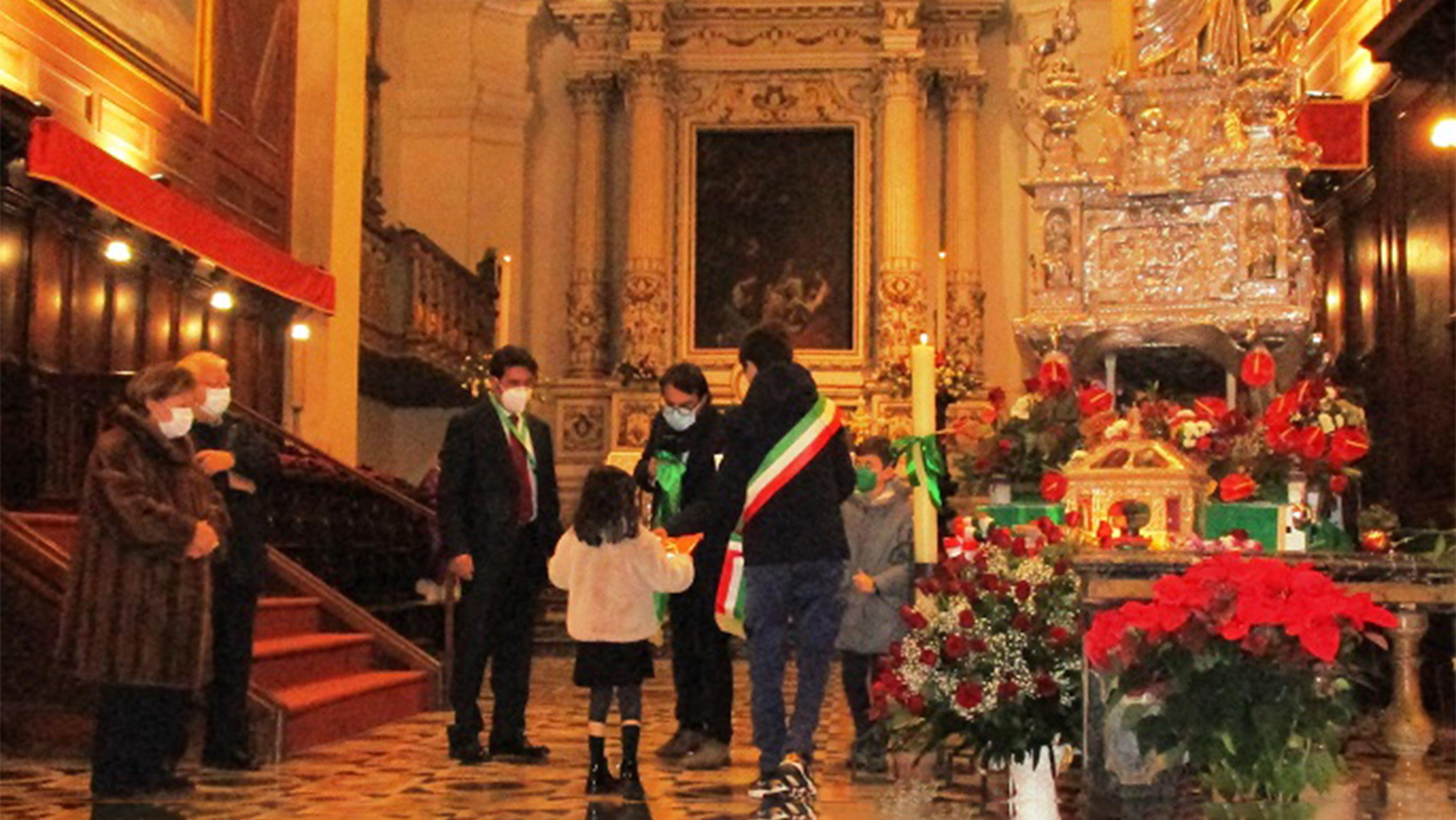 La consegna delle lettere alla cattedrale di Siracusa