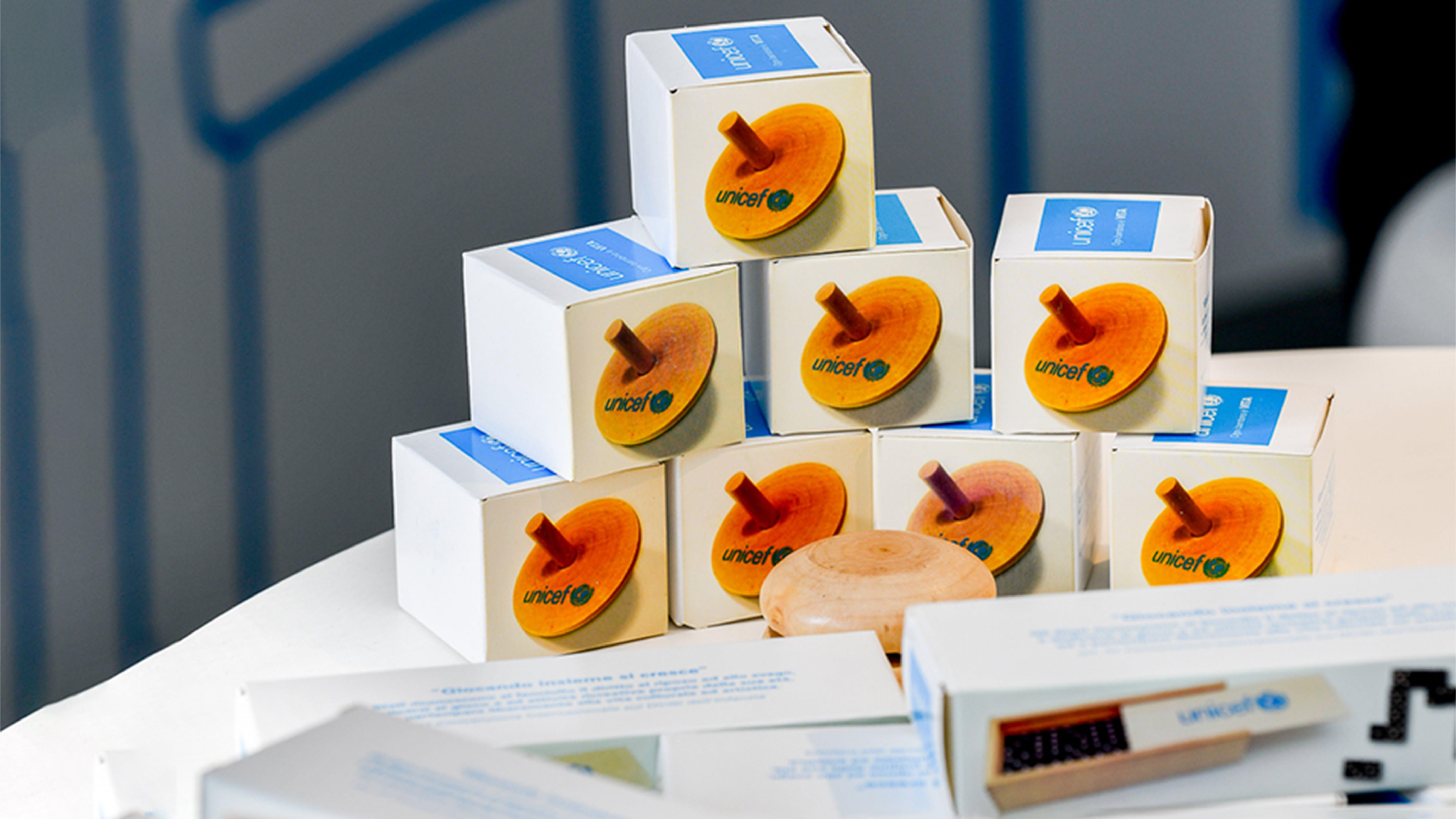 Le confezioni del regalo sospeso dell'UNICEF