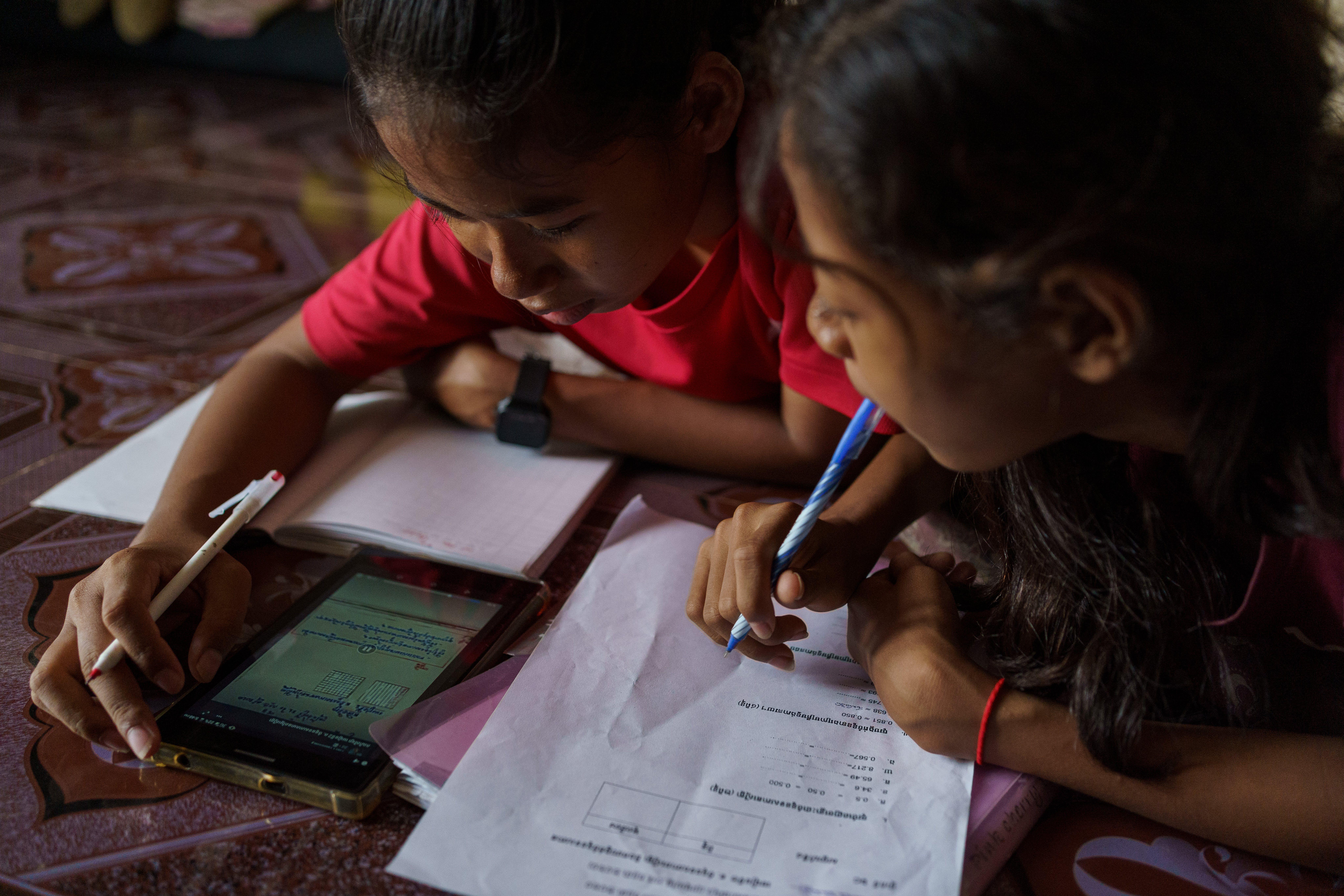 Due sorelle a Phnom Penh (Cambogia) mentre fanno didattica a distanza