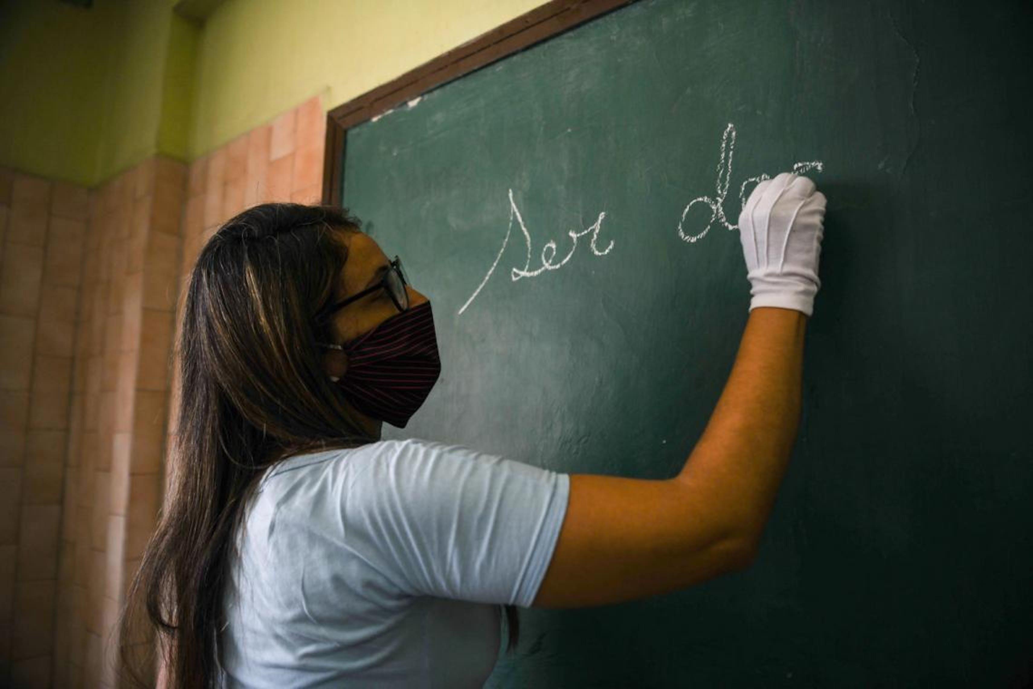 Venezuela, un'insegnante scrive sulla lavagna
