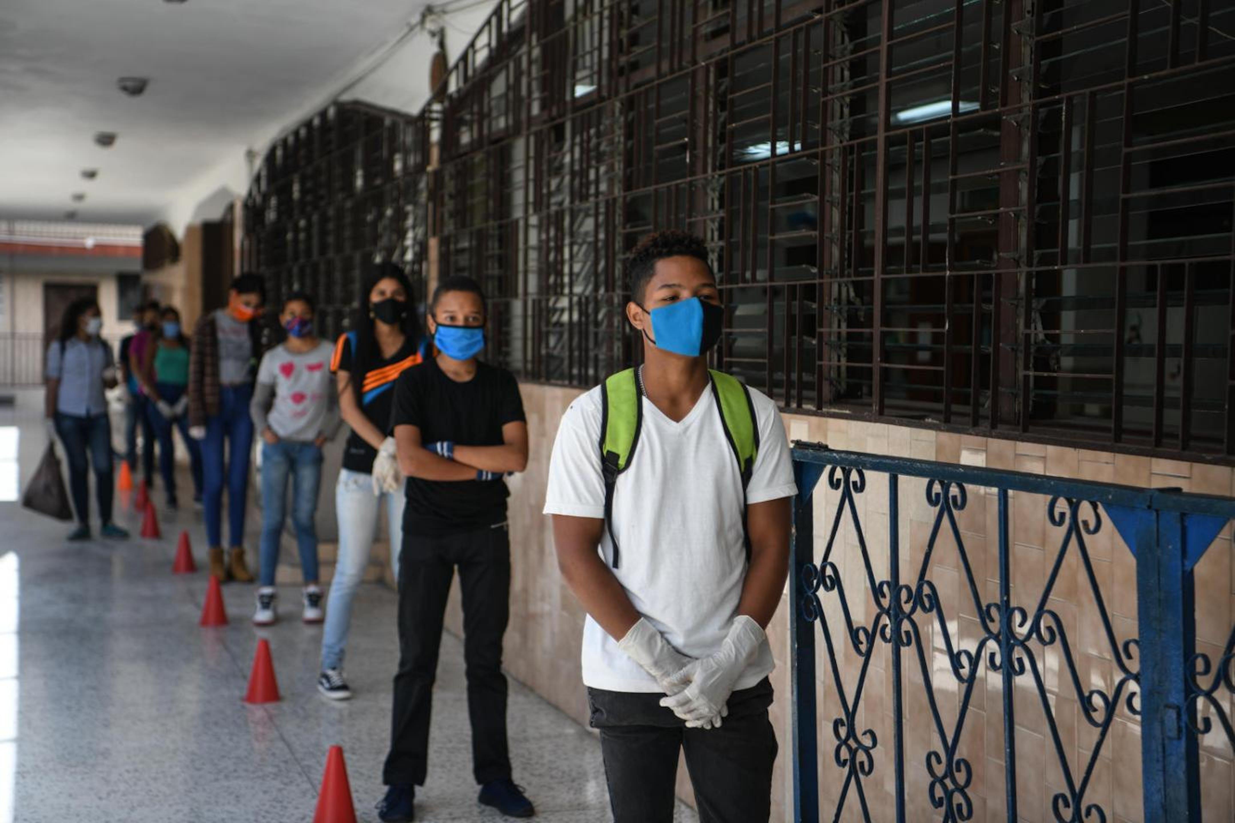Venezuela, un gruppo di studenti in fila davanti a scuola