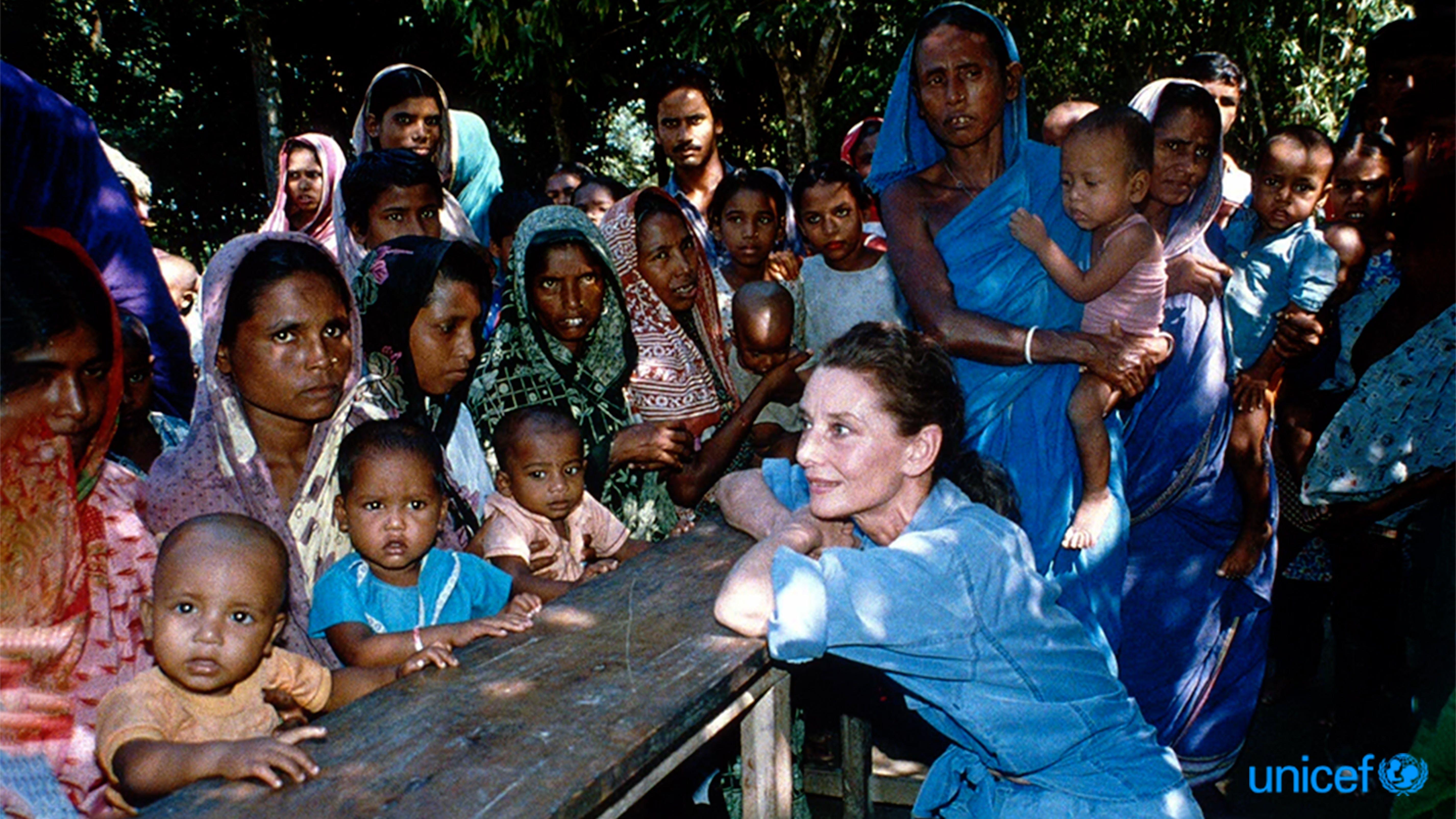 Audrey Hepburn fa visita a un gruppo di donne e ai loro bambini