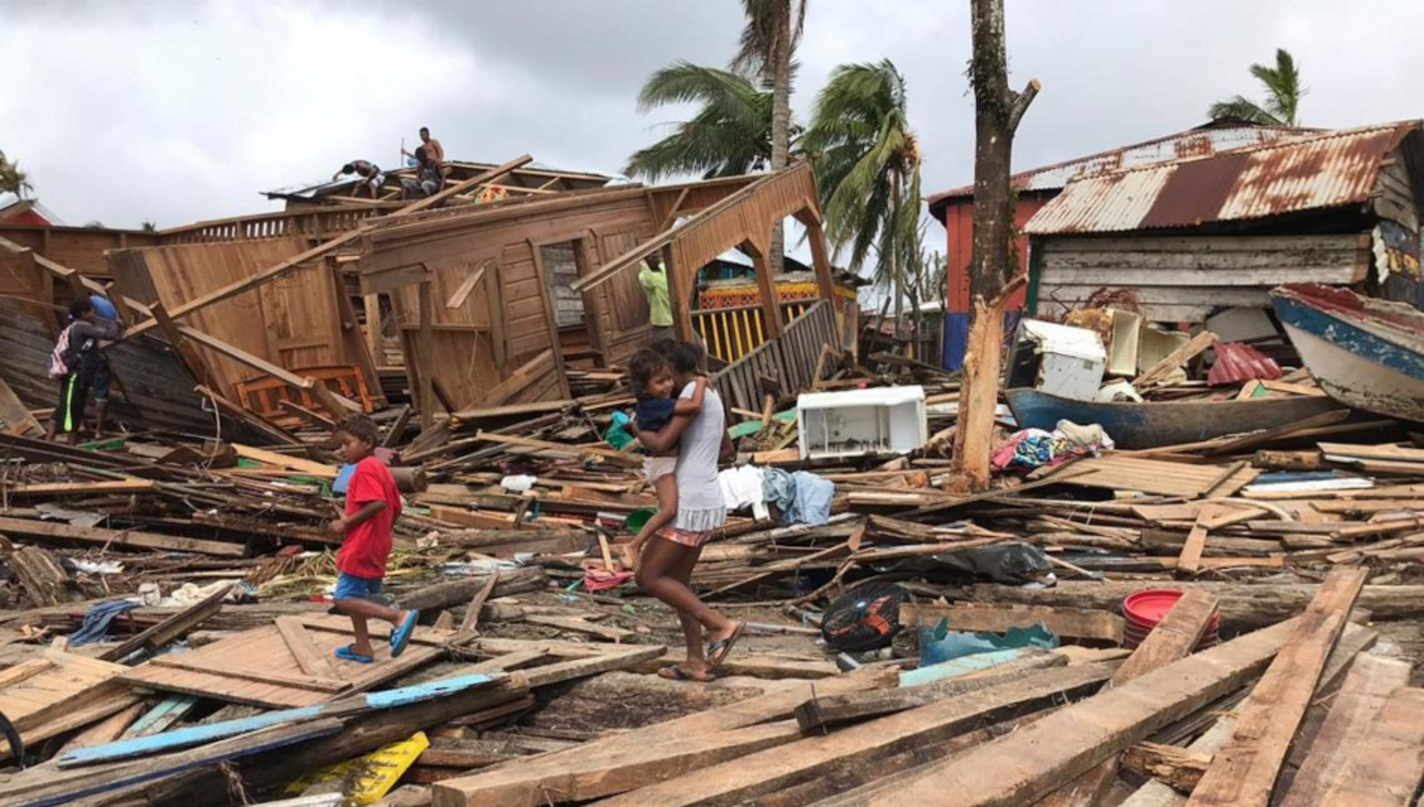 mamma con bambino, uragano, Nicragua