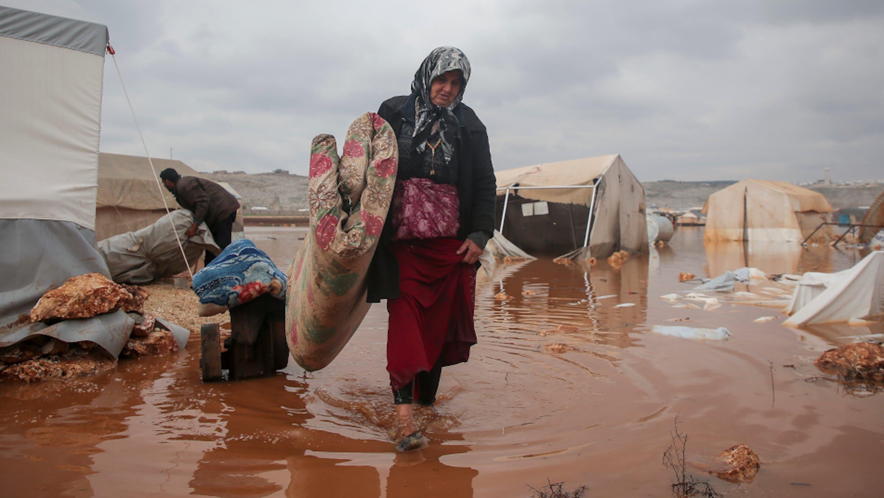 Donna siriana, campo Idlib Kafr allagato