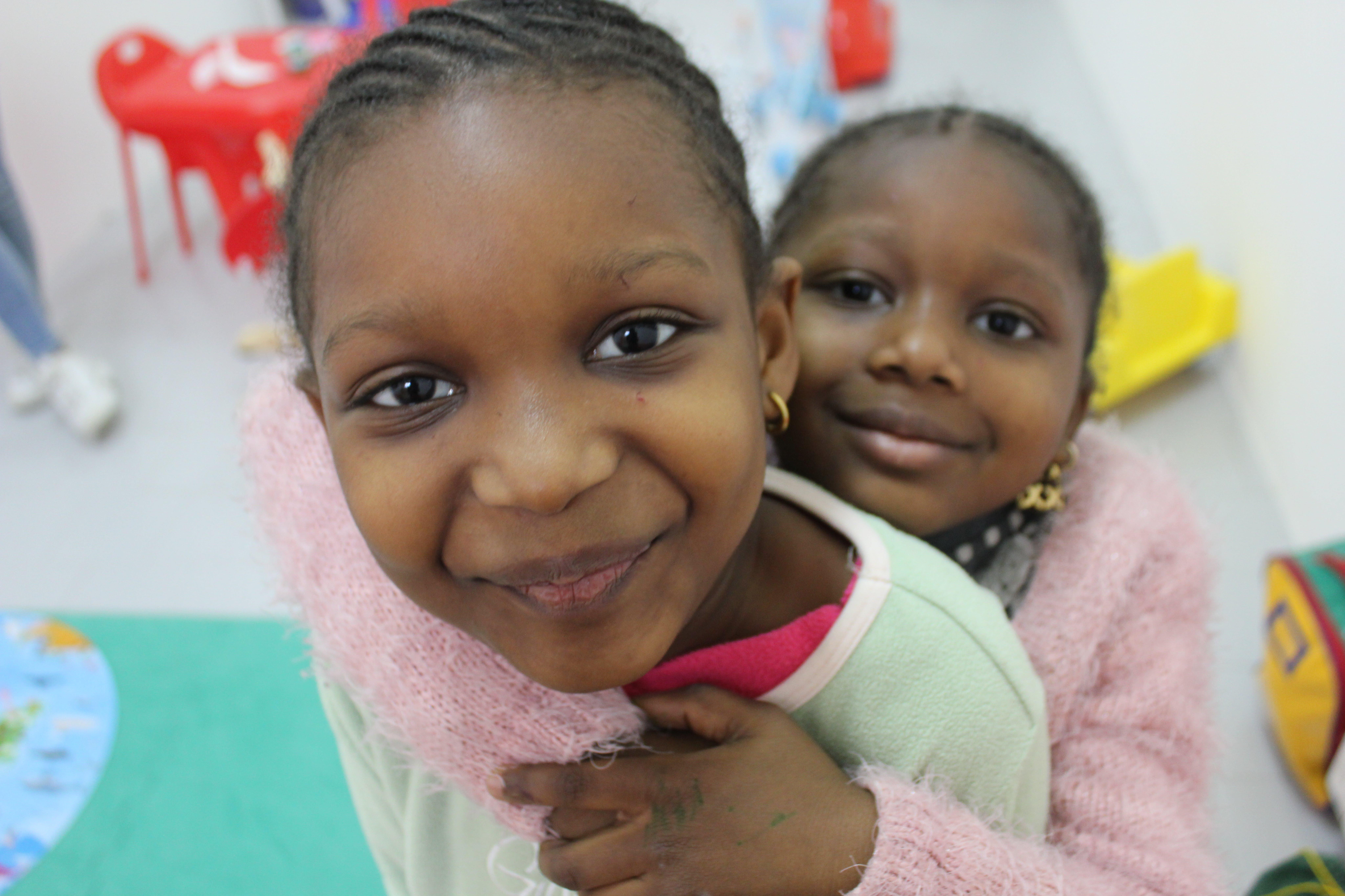 Le sorelle Sara e Nadira, nello spazio bimbi del Women and Girls Safe Space