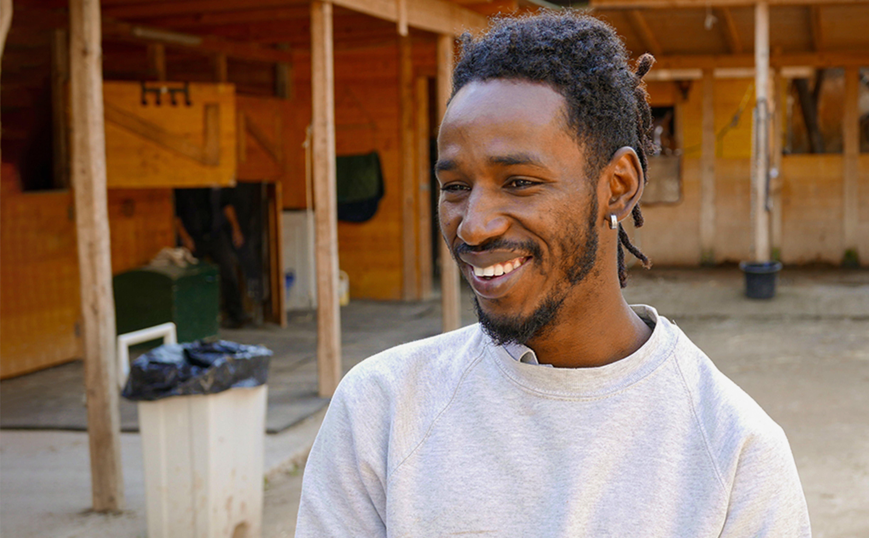 Modou, giovane rifugiato del Gambia, sorride