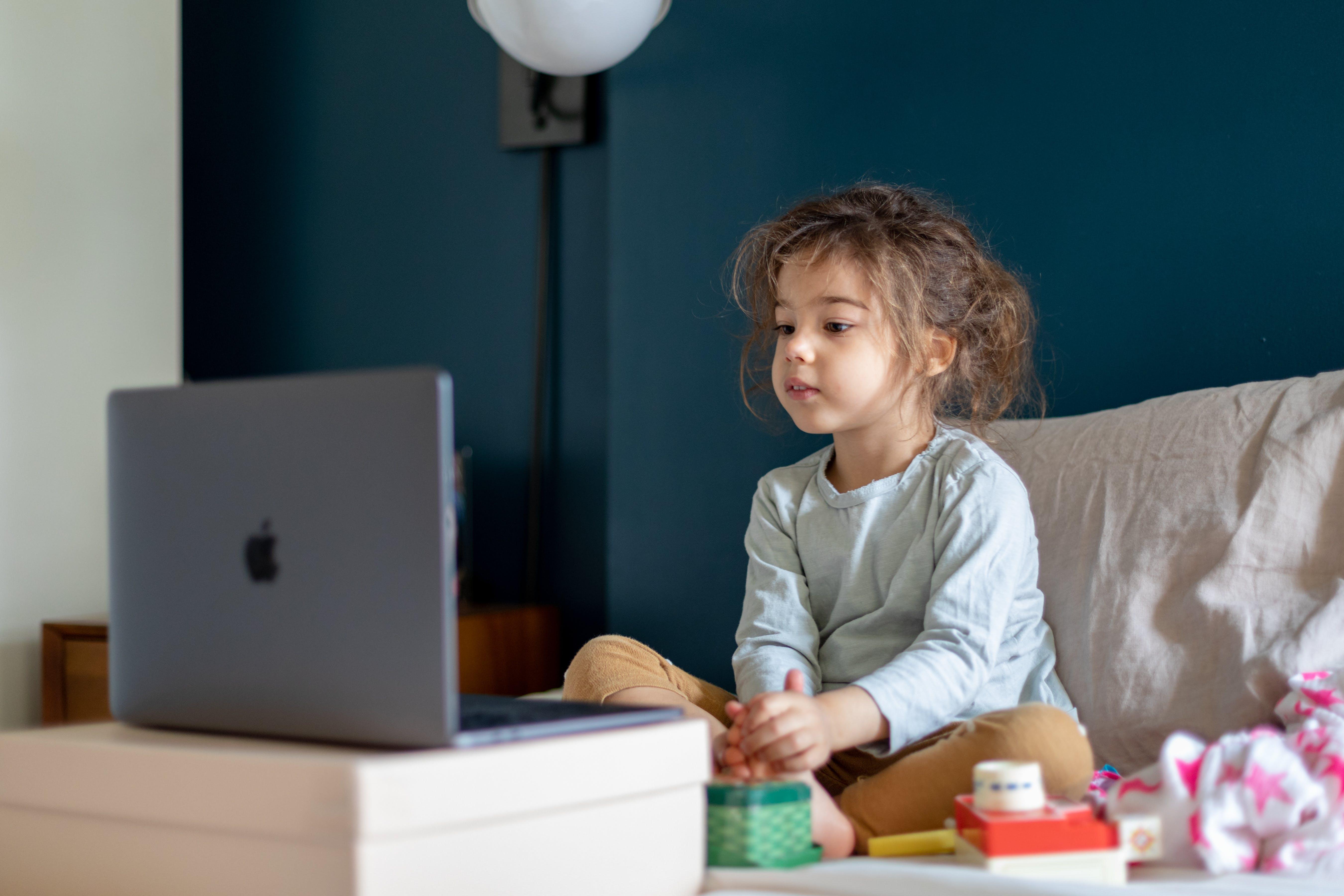 USA: Margot, 4 anni, partecipa ad una videochiamata con i suoi amici da un computer