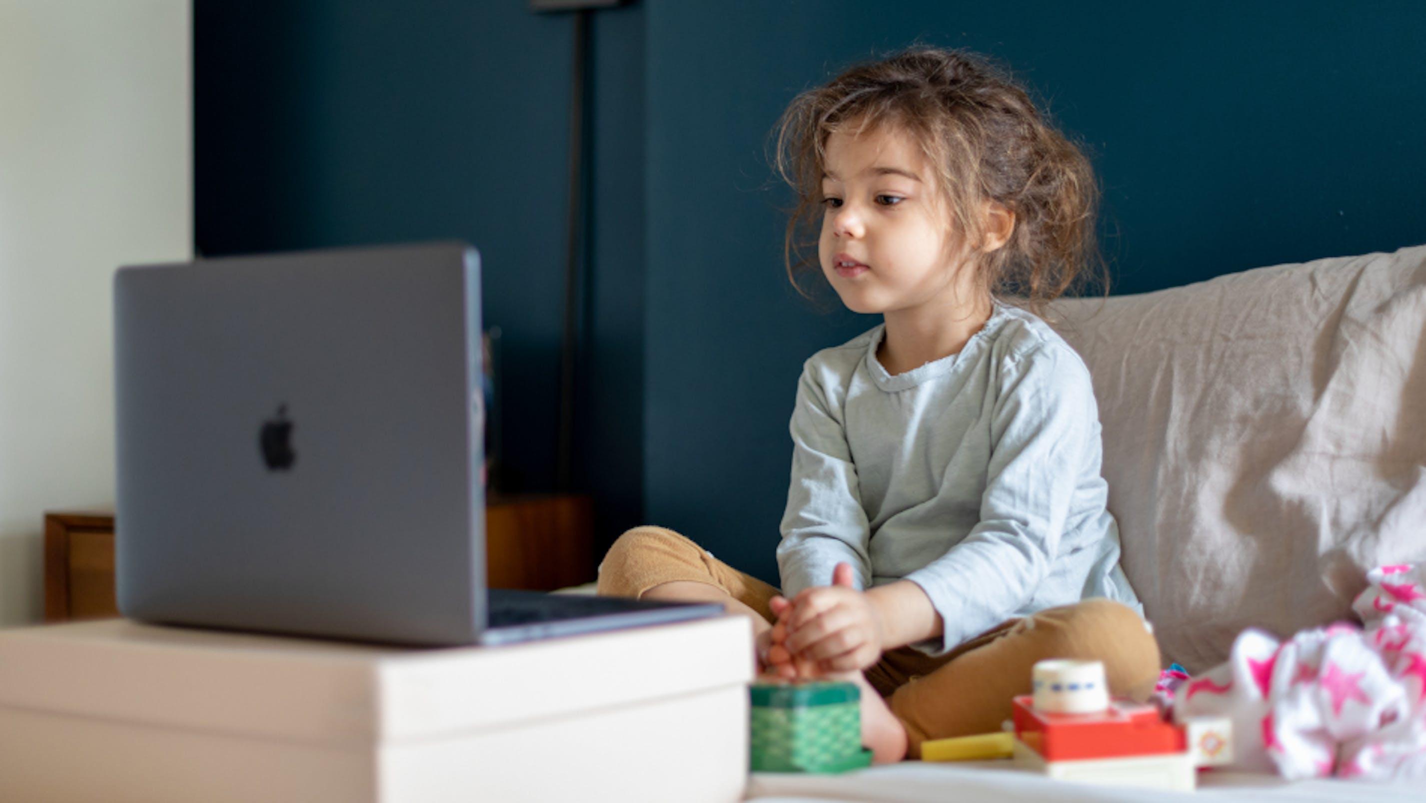 Bambina in videochat davanti al computer