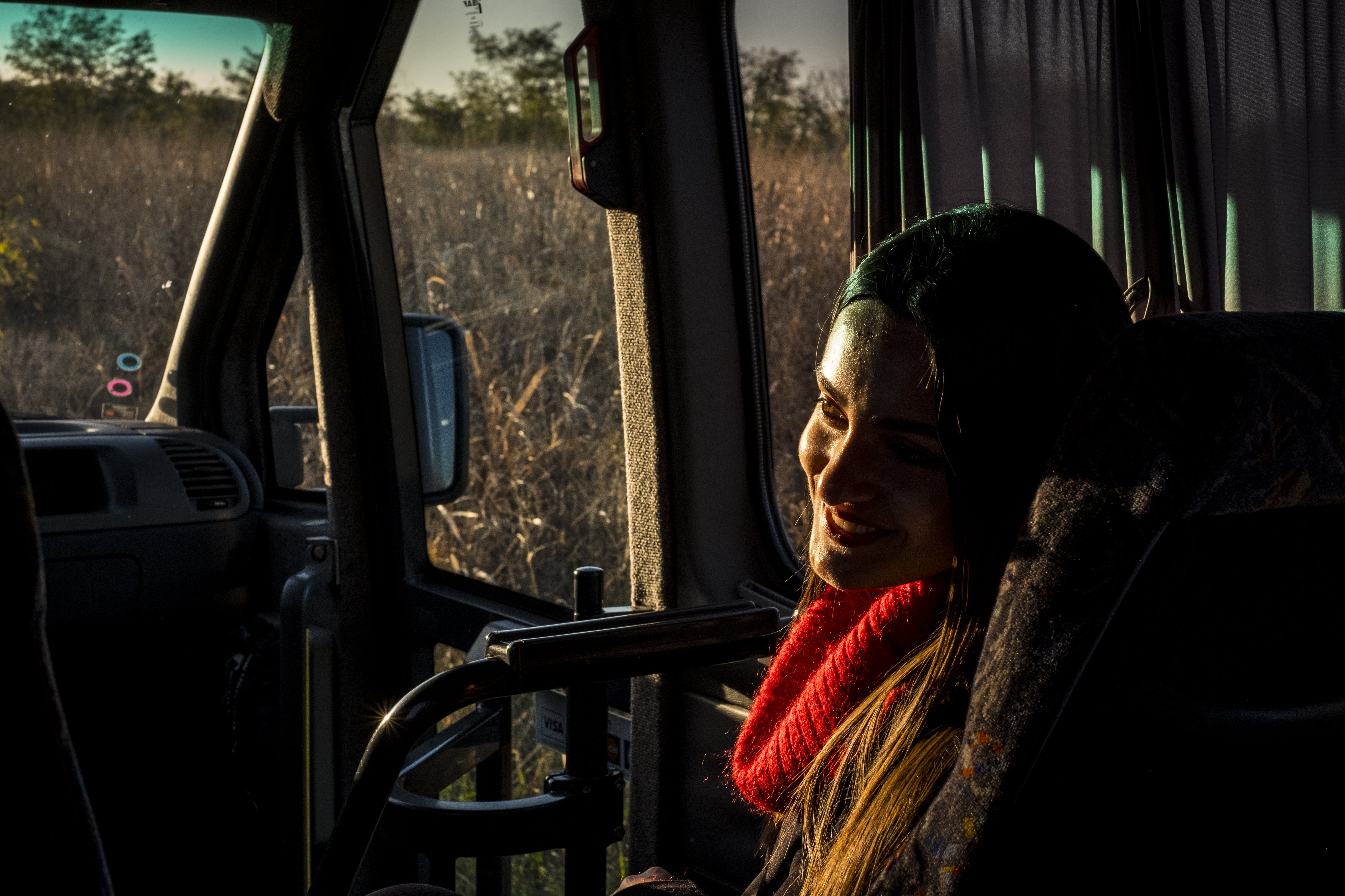 Moldavia, una giovane adolescente sorride mentre si trova sul bus