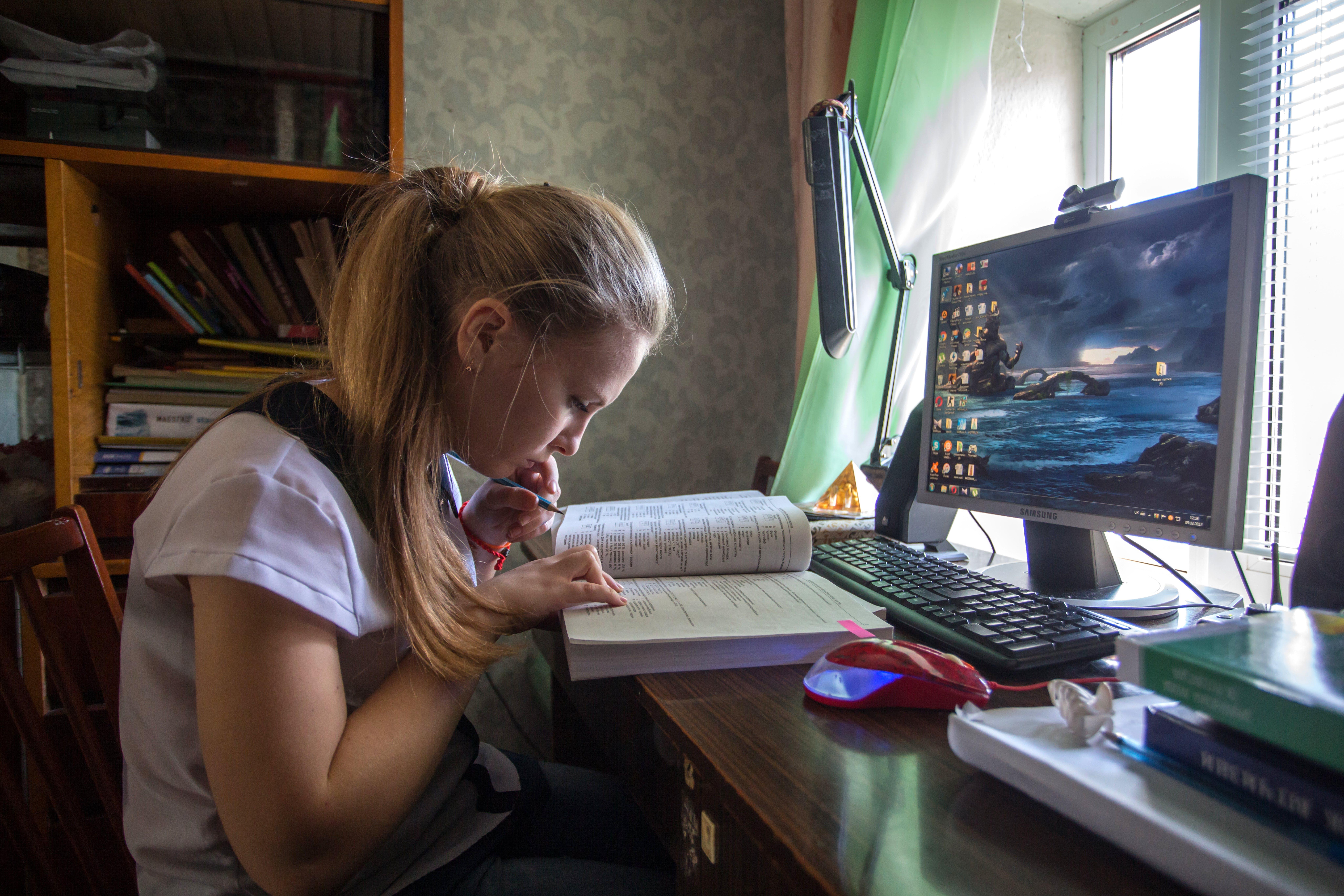 Ucraina: Dasha, 17 anni, studia davanti al pc per preparare gli esami di fine anno