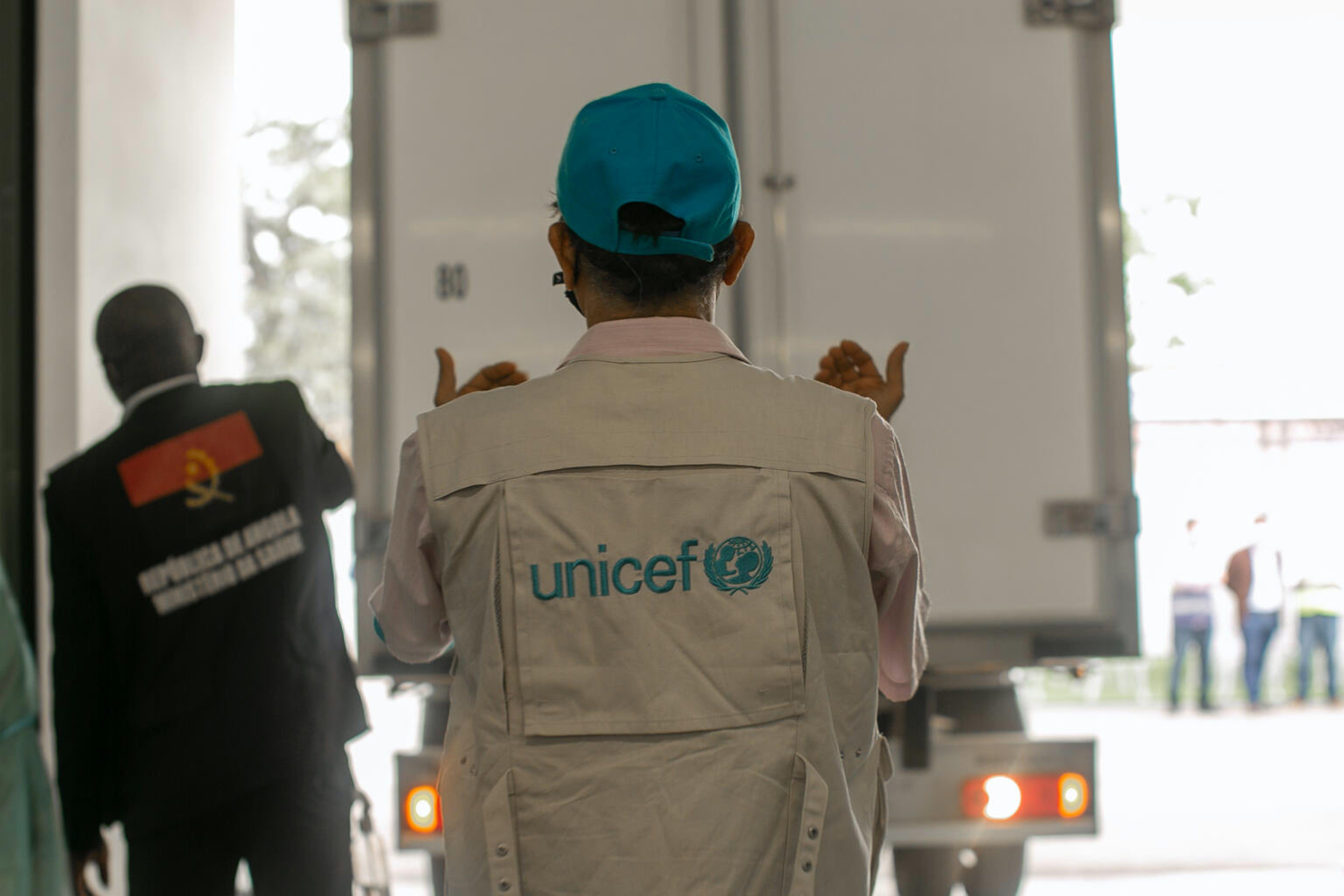 Angola: lo staff dell'UNICEF scarica i vaccini contro il COVID-19