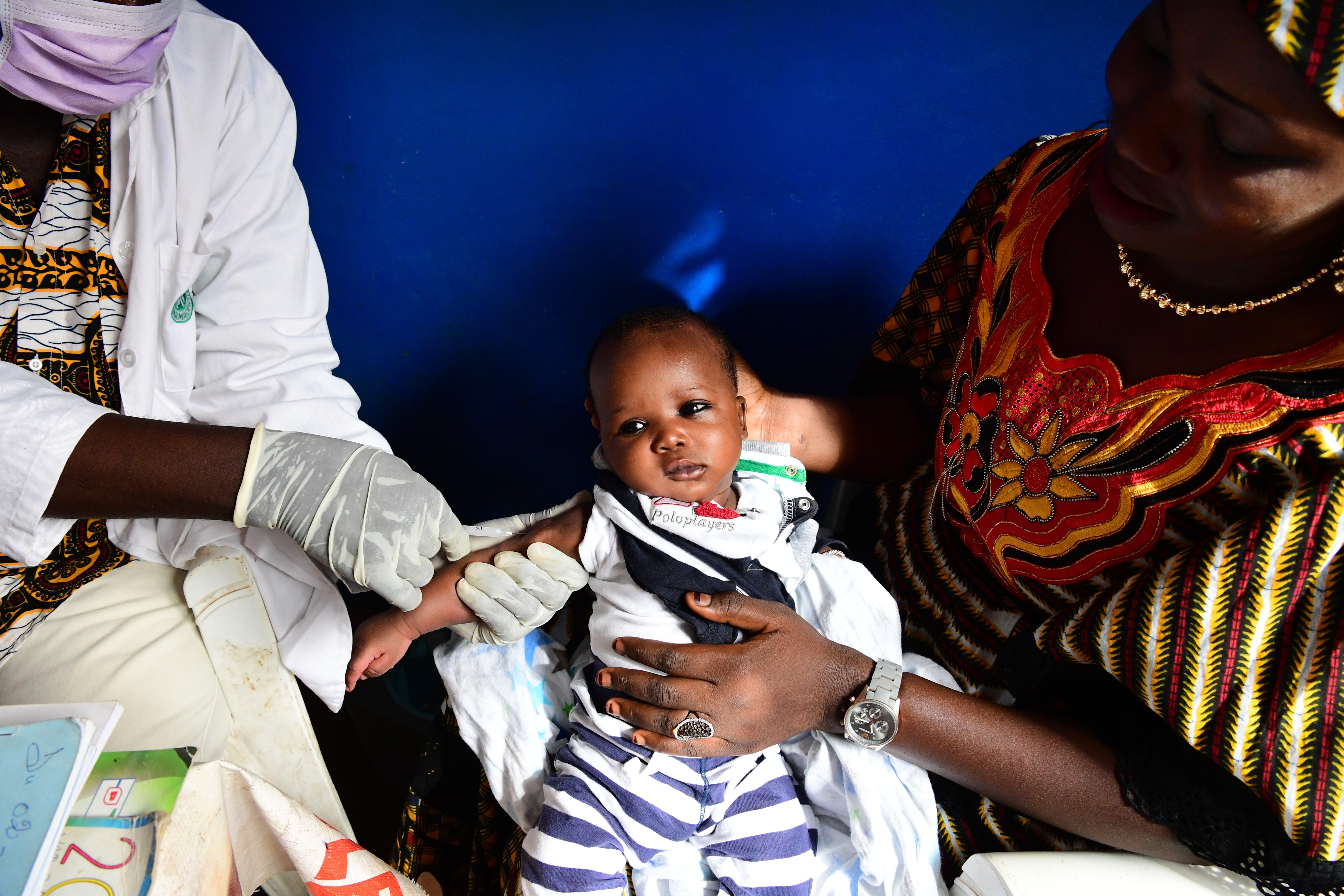 Costa d'Avorio: il piccolo Djibril in braccio alla mamma per le vaccinazioni di routine