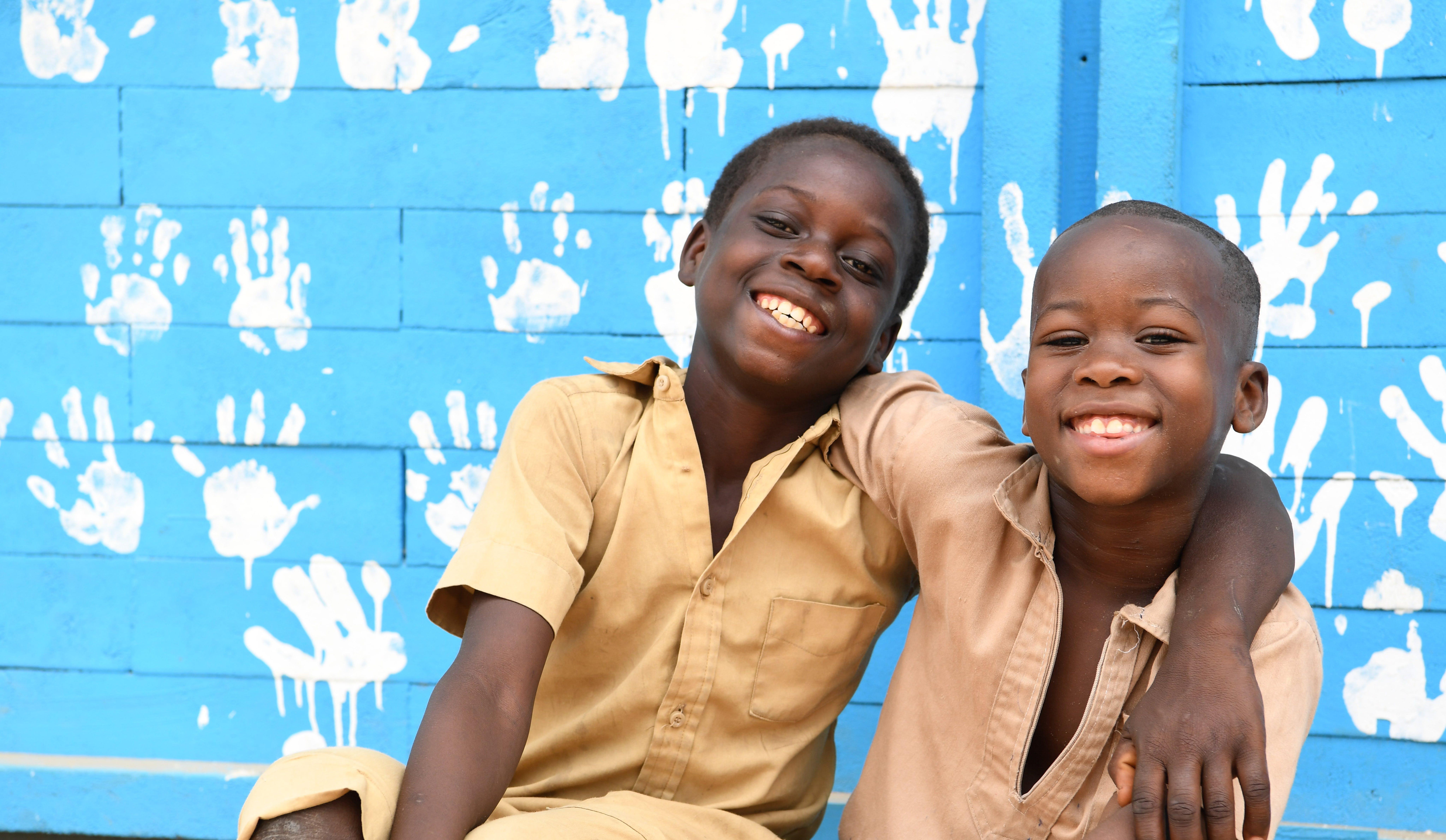 bambini che giocano nel cortile della loro scuola costruita con mattoni di plastica in Costa d'Avorio