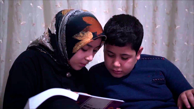 Asya studia con suo fratello, sono rifugiati in Turchia