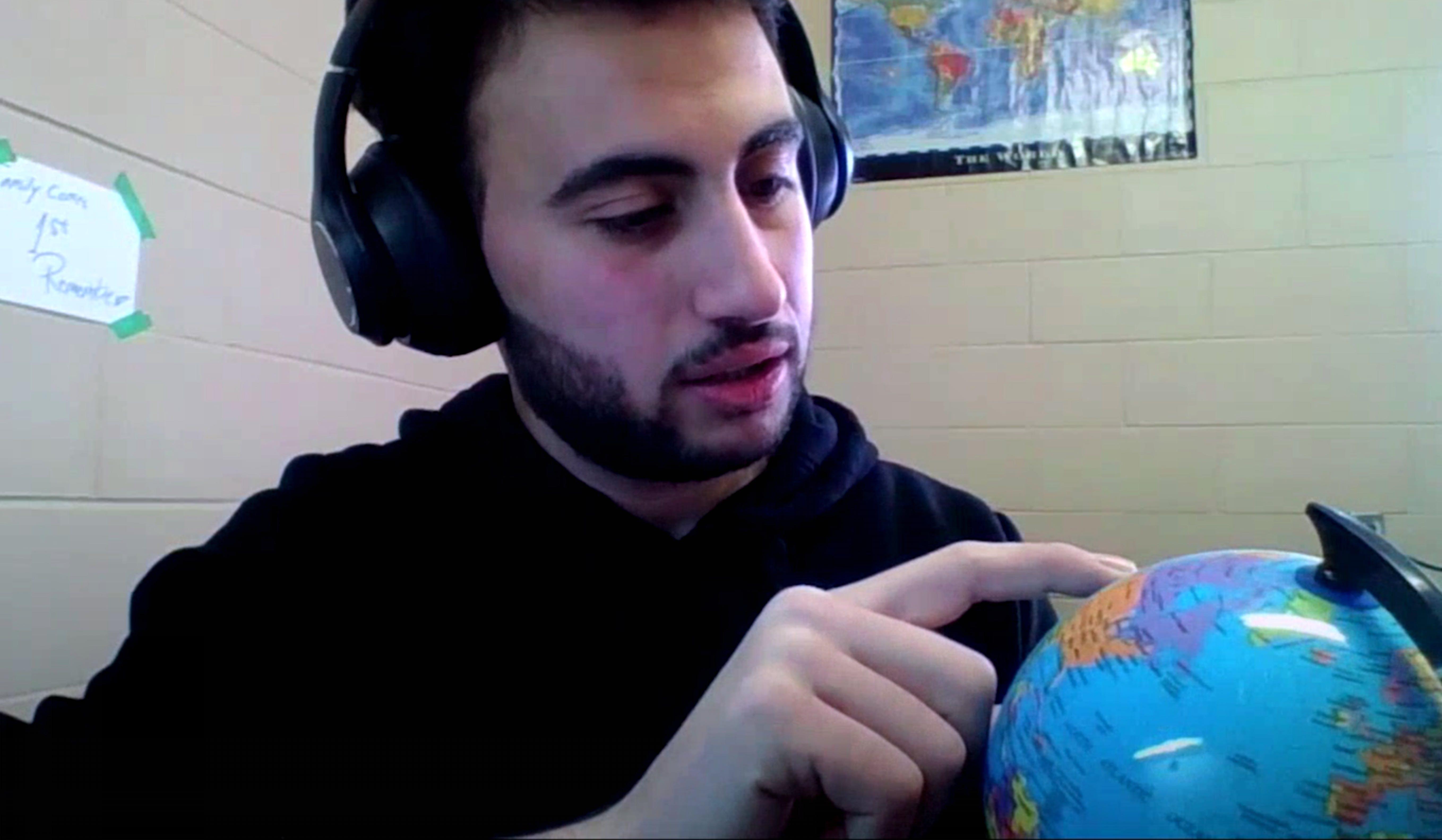 Ahmad, rifugiato in Canada, mostra il tragitto che ha compiuto dalla Siria