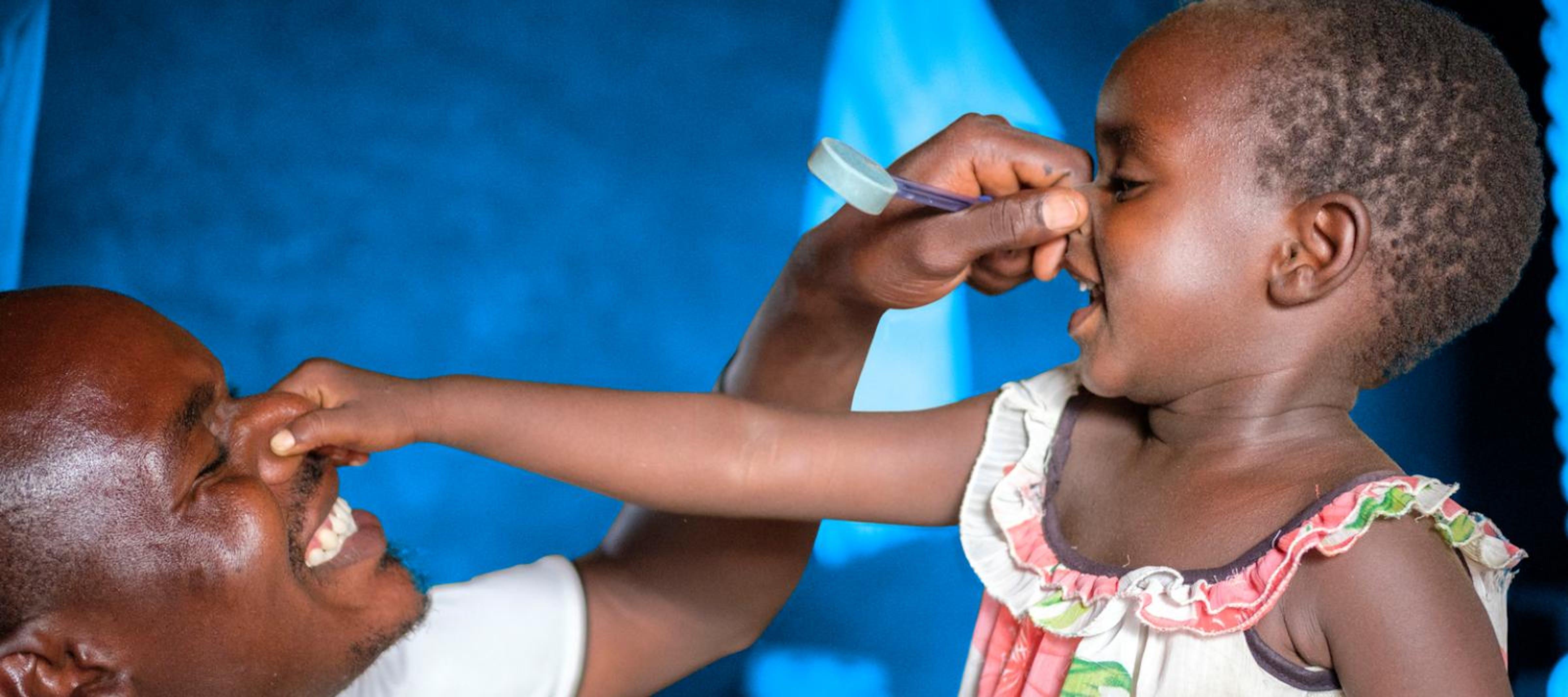 Idro Erikole, 28 anni, gioca con la sua piccola di 3 anni in un campo rifugiati nel nord dell'Uganda