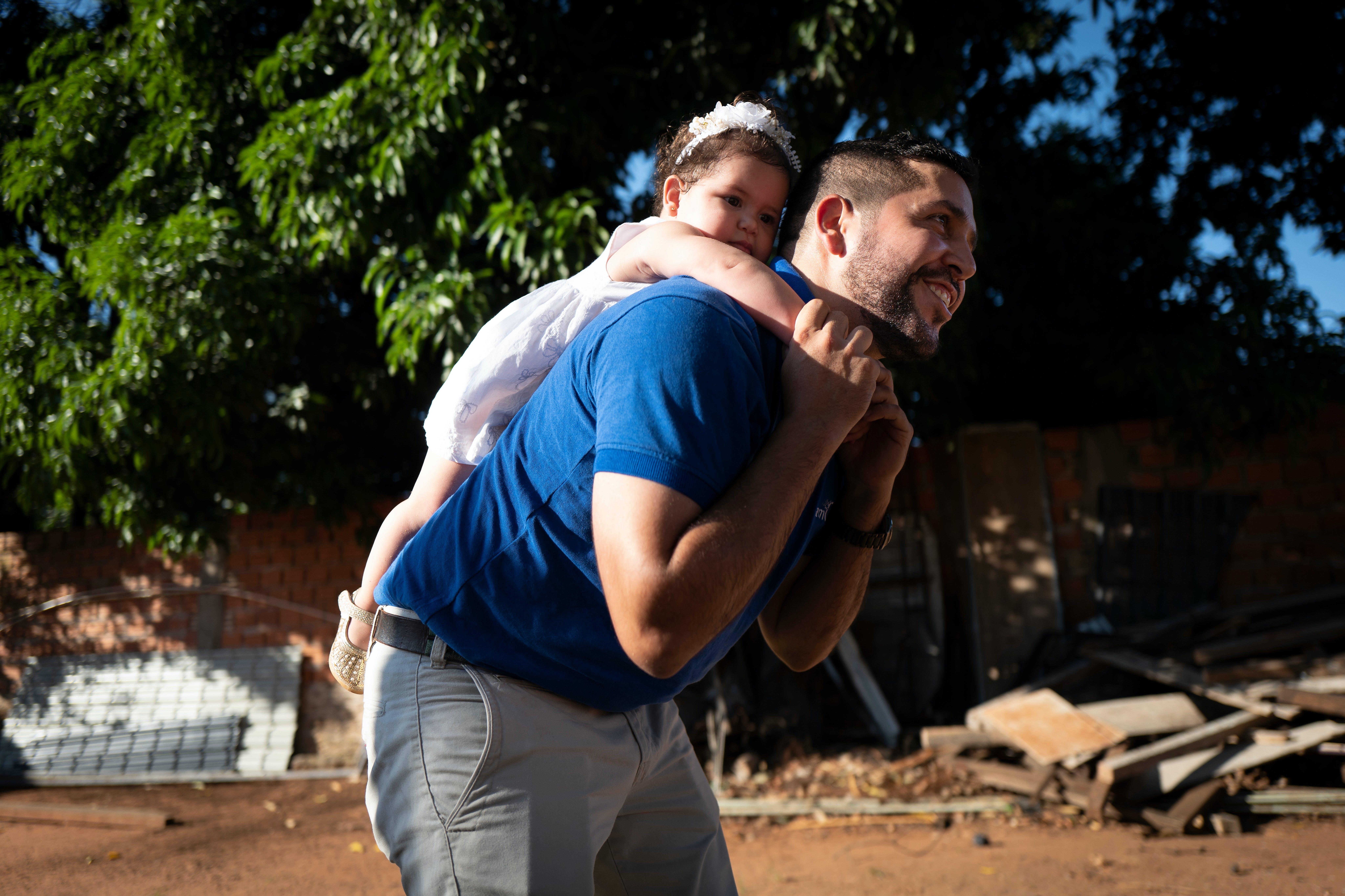 Paula, 14 mesi, gioca a cavalluccio con suo padre, Abdo Gonzalez, 35 anni, in un parco giochi in Paraguay